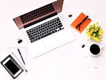 Espace de travail avec des verres et des fleurs de téléphone portable de café de clavier d'ordinateur portable Images libres de droits