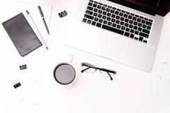 Espace de travail avec des verres journal intime et fleurs de café de clavier d'ordinateur portable Images libres de droits