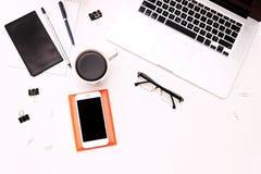 Espace de travail avec du café et des verres de téléphone portable de clavier d'ordinateur portable Photographie stock libre de droits