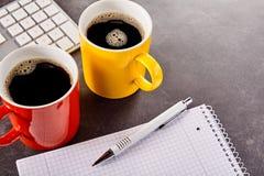 Espace de travail avec du café, le clavier, le stylo et le carnet Photographie stock libre de droits