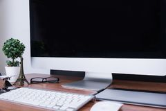 Espace de travail avec l'écran vide Photo libre de droits