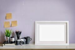 Espace de travail avec l'affiche et approvisionnements, affiche vide pour le montage d'affichage graphique Photographie stock libre de droits