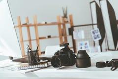 Espace de travail avec l'appareil-photo de photo Image stock
