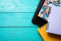 Espace de travail avec l'espace de copie sur la table en bois bleue Vue supérieure Images libres de droits