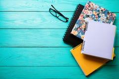 Espace de travail avec l'espace de copie sur la table en bois bleue Vue supérieure Photos stock