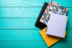 Espace de travail avec l'espace de copie sur la table en bois bleue La vue supérieure, raillent  réserve vieux d'isolement par éd Photographie stock