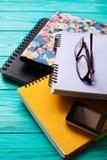 Espace de travail avec l'espace de copie sur la table en bois bleue Vue supérieure Voir les mes autres travaux dans le portfolio  Images libres de droits
