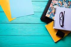 Espace de travail avec l'espace de copie sur la table en bois bleue Vue supérieure Voir les mes autres travaux dans le portfolio  Photos libres de droits