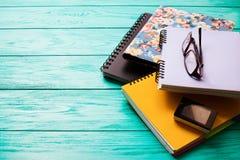 Espace de travail avec l'espace de copie sur la table en bois bleue Vue supérieure Voir les mes autres travaux dans le portfolio  Images stock
