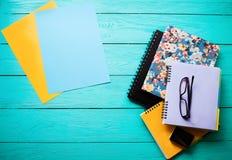 Espace de travail avec l'espace de copie sur la table en bois bleue Vue supérieure Voir les mes autres travaux dans le portfolio  Photo libre de droits