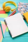 Espace de travail avec l'espace de copie sur le fond en bois bleu Vue supérieure et moquerie  Copiez l'espace Image libre de droits