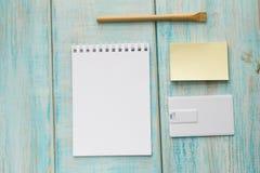 Espace de travail avec l'enveloppe, carte flash d'usb, carnet, stylo Moquerie en bois de vue supérieure de fond de bureau  Photo libre de droits
