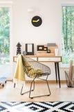Espace de travail avec l'horloge et la chaise Photo stock