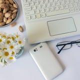 Espace de travail avec l'ordinateur à la maison, un bureau avec des fleurs et le blanc Image libre de droits