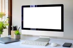Espace de travail avec l'ordinateur avec l'écran blanc vide Image stock