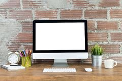 Espace de travail avec l'ordinateur avec l'écran blanc vide Photo stock