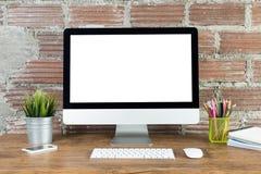 Espace de travail avec l'ordinateur avec l'écran blanc vide Photographie stock libre de droits