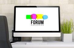espace de travail avec l'ordinateur de causerie de forum Image libre de droits