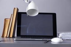 Espace de travail avec l'ordinateur et document dans le bureau Photos libres de droits