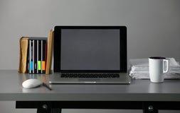 Espace de travail avec l'ordinateur et document dans le bureau Photo stock