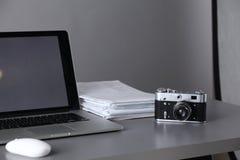Espace de travail avec l'ordinateur et document dans le bureau Images stock