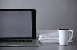 Espace de travail avec l'ordinateur et document dans le bureau Photos stock