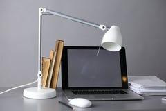 Espace de travail avec l'ordinateur et document dans le bureau Photographie stock