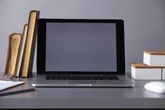 Espace de travail avec l'ordinateur et documents dans le bureau Photos libres de droits
