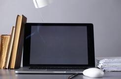 Espace de travail avec l'ordinateur et documents dans le bureau Photos stock