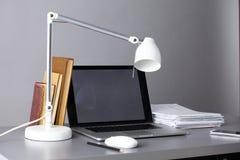 Espace de travail avec l'ordinateur et documents dans le bureau Photographie stock
