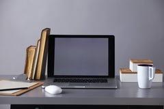 Espace de travail avec l'ordinateur et documents dans le bureau Photographie stock libre de droits