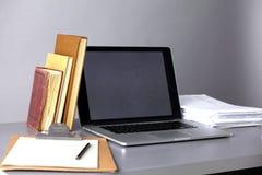 Espace de travail avec l'ordinateur et documents dans le bureau Image stock