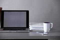 Espace de travail avec l'ordinateur et documents dans le bureau Images libres de droits