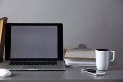 Espace de travail avec l'ordinateur et documents dans le bureau Images stock