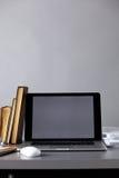 Espace de travail avec l'ordinateur et documents dans le bureau Image libre de droits