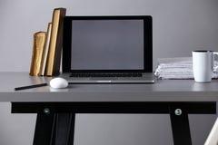 Espace de travail avec l'ordinateur et documents dans le bureau Photo libre de droits