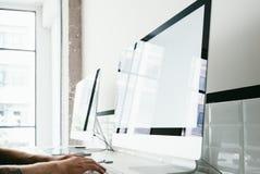 Espace de travail avec l'ordinateur générique de la conception deux sur Photos stock