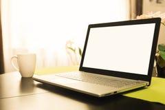 espace de travail avec l'ordinateur portable d'écran vide sur la table à la maison Image libre de droits