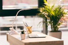 Espace de travail avec l'ordinateur portable dans le bureau vide moderne Images stock