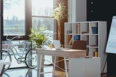 Espace de travail avec l'ordinateur portable dans le bureau vide moderne Image libre de droits
