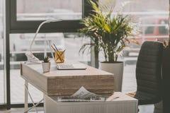 Espace de travail avec l'ordinateur portable et le journal dans le bureau moderne Photo libre de droits