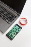 Espace de travail avec l'ordinateur portable et le smartphone de remplissage sur le bureau blanc Photo libre de droits