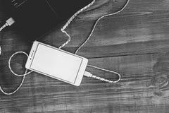 Espace de travail avec l'ordinateur portable et le smartphone vide de remplissage sur le De en bois Photos libres de droits