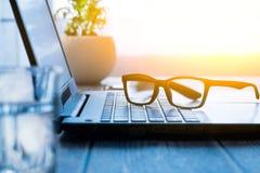 Espace de travail avec l'ordinateur portable et les verres Photos libres de droits