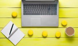 Espace de travail avec l'ordinateur portable, le carnet et le stylo Image libre de droits