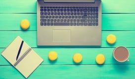 Espace de travail avec l'ordinateur portable, le carnet et le stylo Photo stock