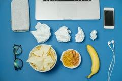 Espace de travail avec l'ordinateur portable, le papier chiffonné, la papeterie et les puces Photo libre de droits