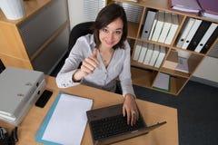 Espace de travail avec l'ordinateur portable, les mains de la fille, carnet, configuration plate Image stock