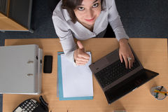 Espace de travail avec l'ordinateur portable, les mains de la fille, carnet, configuration plate Photographie stock