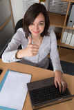 Espace de travail avec l'ordinateur portable, les mains de la fille, carnet, configuration plate Images libres de droits